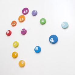 barevné designové hodiny na zeď