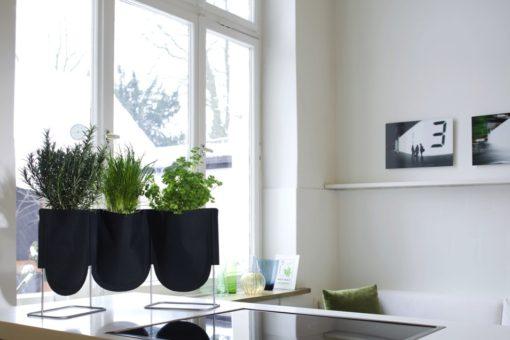 designový stojan pro pěstování bylinek