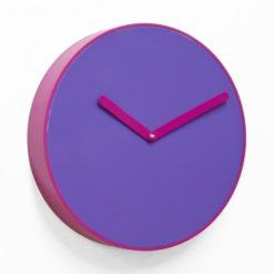 moderní fialové hodiny s kulatým číselníkem