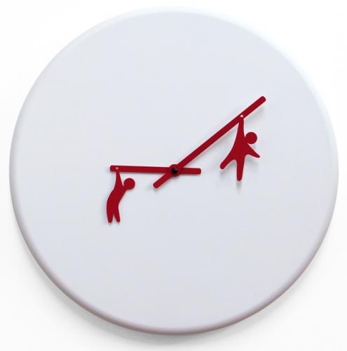 bílé hodiny na zeď s červenými ručičkami