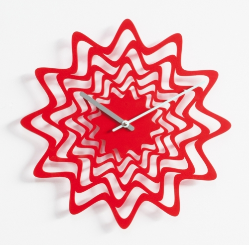 červené designové hodiny kovové