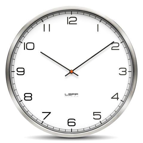 klasické hodiny na zeď s velkými číslicemi