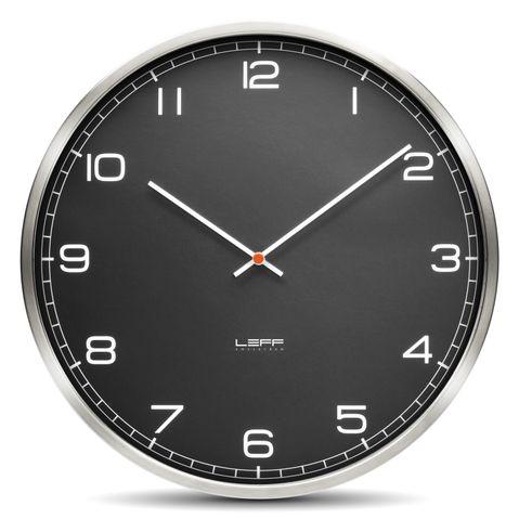 černé kulaté hodiny na zeď