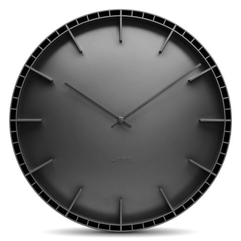 černé kulaté nástěnné hodiny
