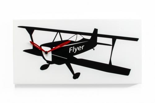bílé nástěnné hodiny s letadlem dvojplošníkem