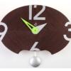 moderní kyvadlové hodiny na zeď oválného tvaru v kombinaci stříbrné barvy a tmavého dřeva