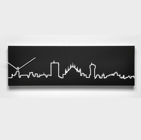 černé hodiny na stěnu s motivy Milána