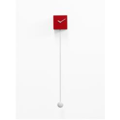červené hodiny s dlouhým kyvadlem