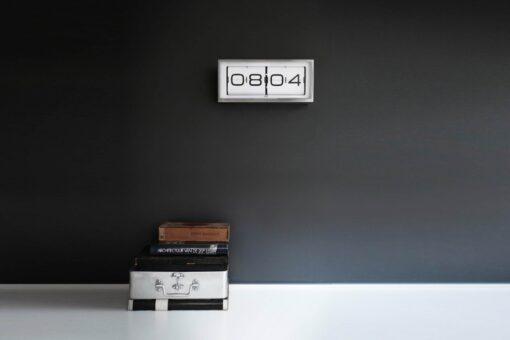 Překlápěcí hodiny v retro designu zavěšené na stěně