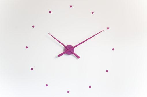 fialové hodiny na stěnu Oj Nomon