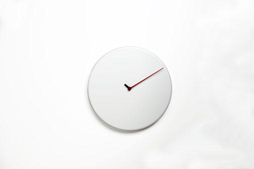 bílé elegantní hodiny dřevěné kulaté
