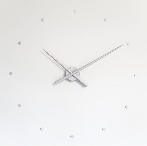 stříbrné hodiny na zeď Nomon