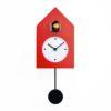 červené nástěnné hodiny s kyvadlem