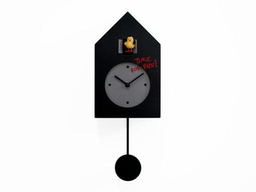černé kyvadlové hodiny dřevěné a desingové