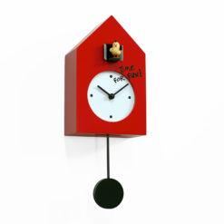 červené kyvadlové hodiny s bílým ciferníkem