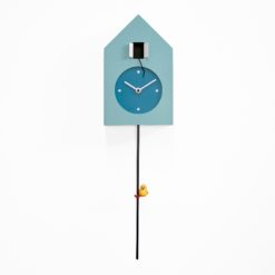 moderní kyvadlové hodiny na zeď světle modré