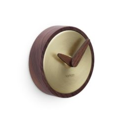 luxusní hodiny na stěnu v kombinaci ořechového dřeva a mosazi