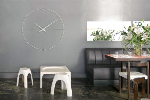bílé luxusní velké hodiny