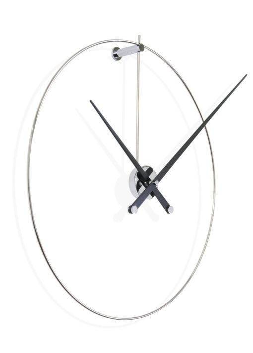 velké luxusní hodiny na stěně