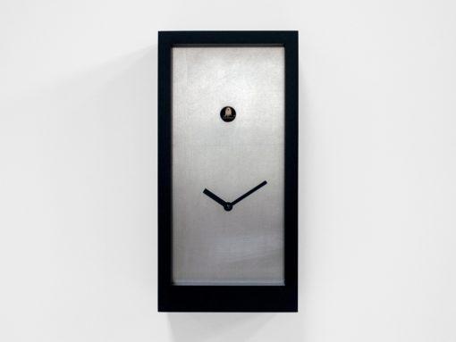 stříbrné moderní kukačky s černým rámečkem za dřeva