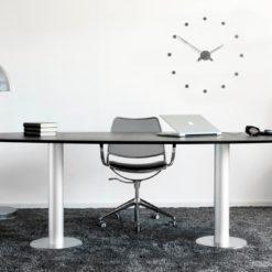 kulaté luxusní designové hodiny umístěné nad psacím stolem