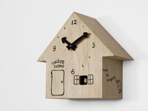 hodiny kukačky ve tvaru dřevěného domku z břízy