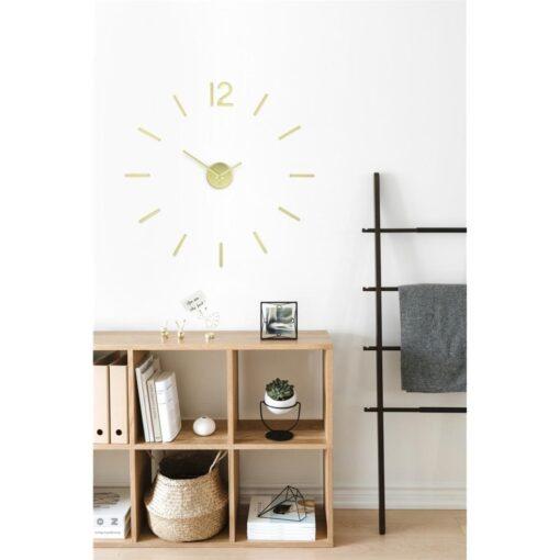 kancelář s velkými nástěnnými hodinymi nalepenými na stěně
